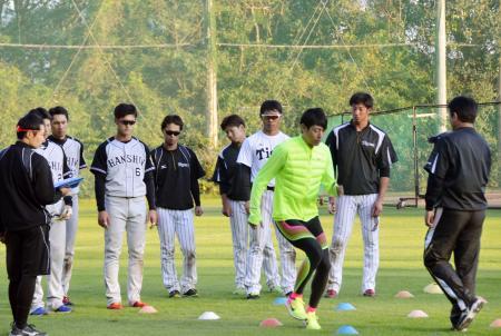 阪神の秋季キャンプで練習を指導する、元陸上選手の秋本真吾氏(中央手前)=高知県安芸市