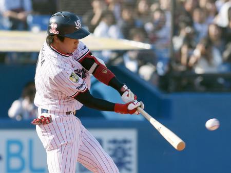 東京六大学選抜との記念試合の4回、ヤクルト・山田が左前に先制打を放つ=神宮
