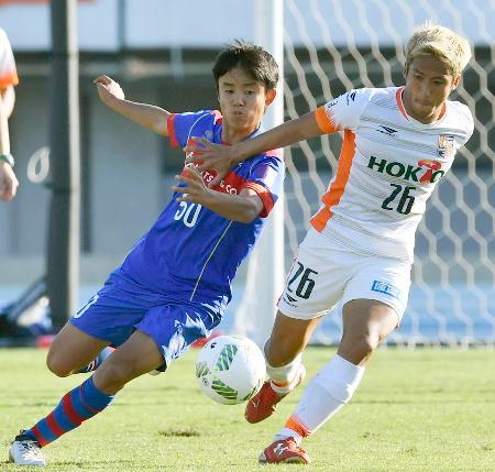 サッカーJ3の長野戦で競り合うFC東京ユースの久保建英選手(左)=5日、東京・駒沢陸上競技場
