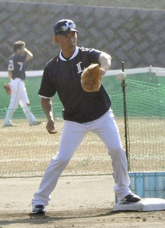 守備練習で送球をキャッチする西武の辻監督=宮崎県日南市