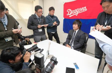 記者会見で残留を表明した中日の平田=5日、ナゴヤ球場