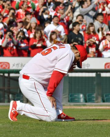 広島の優勝報告会の中の引退セレモニーで、マウンド前に膝を突く黒田博樹投手=5日午後、広島市のマツダスタジアム