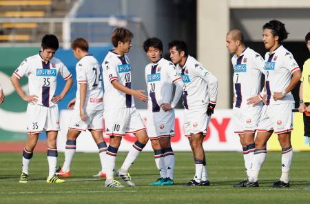 徳島に敗れ、肩を落とす札幌イレブン。J1昇格決定を持ち越した=鳴門ポカリ