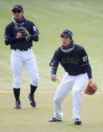 守備練習する山田。左は菊池=QVC