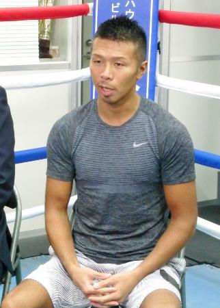 記者会見で現役続行を表明した前WBAスーパーフェザー級スーパー王者の内山高志=10月12日、東京都品川区のワタナベジム