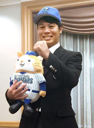 DeNAに入団が決まり、ポーズをとる神奈川大の浜口遥大投手=8日、横浜市内のホテル
