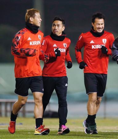 軽めのメニューで調整する(左から)本田、長友、岡崎=茨城県内
