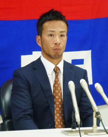 契約更改を終え、記者会見する中日の福田=9日、ナゴヤ球場