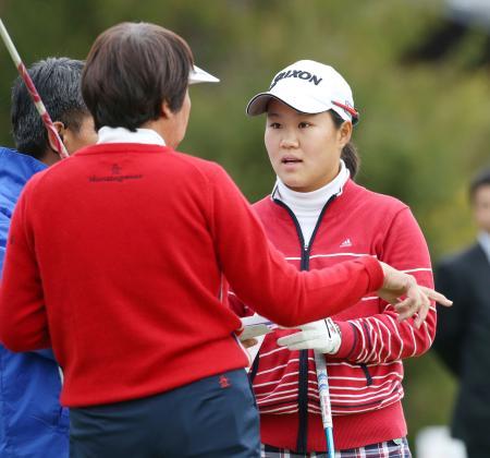 プロアマ戦のスタート前、日本女子プロゴルフ協会の樋口久子相談役(左)から指導を受ける畑岡奈紗=グレートアイランドC