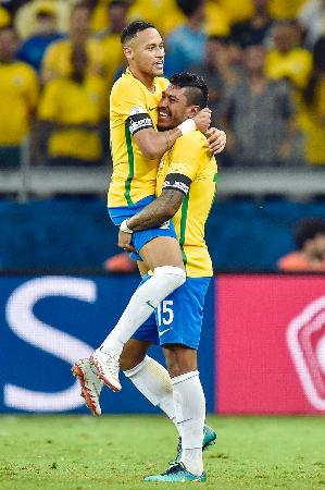 ゴールを喜ぶブラジルのネイマール(左)とパウリーニョ=ベロオリゾンテ(ゲッティ=共同)