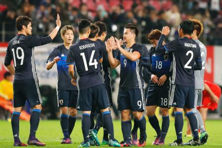 サッカーの国際親善試合でオマーン代表に勝利し、喜ぶ岡崎(中央右)ら日本イレブン=11日、茨城県鹿嶋市のカシマスタジアム