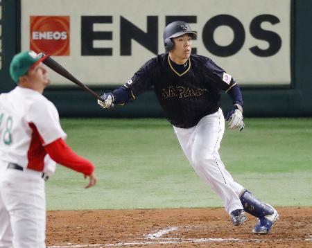 メキシコ戦の7回、秋山が左越えに適時二塁打を放つ=東京ドーム