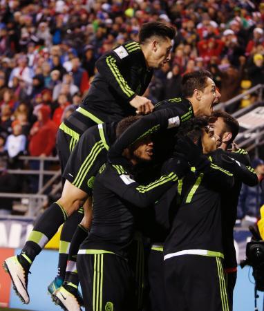 後半、2点目を喜ぶメキシコの選手たち=11日、米オハイオ州コロンバス(AP=共同)