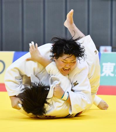 女子78キロ超級決勝 素根輝(下)を破り4連覇を果たした朝比奈沙羅=千葉ポートアリーナ