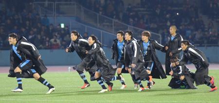 PK戦の末に浦和に勝利し、駆けだす川崎イレブン=等々力