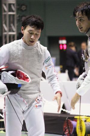 3回戦でリオデジャネイロ五輪銀のアレクサンダー・マシアラス(右)に敗れ、悔しそうな西藤俊哉=駒沢体育館