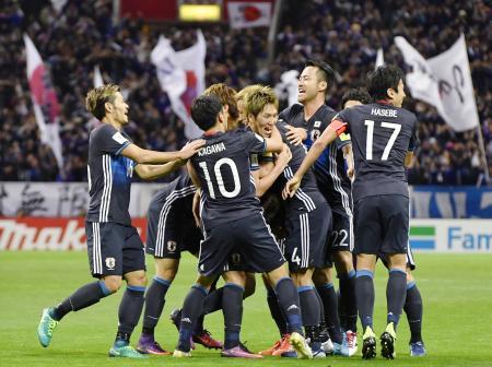日本―サウジアラビア 後半、ゴールを決め祝福を受ける原口(中央)=埼玉スタジアム