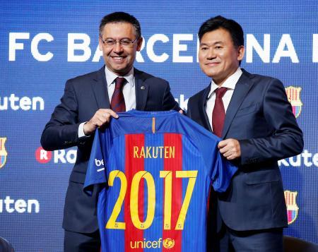 バルセロナのバルトメウ会長(左)と並びポーズをとる楽天の三木谷浩史会長兼社長=16日、バルセロナ(ロイター=共同)