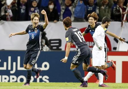 日本―サウジアラビア 後半、ゴールを決め喜ぶ原口(左端)ら=埼玉スタジアム