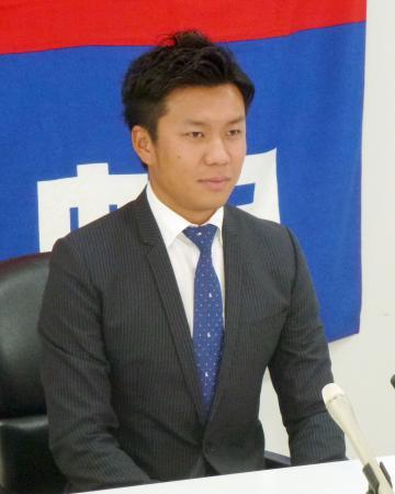 契約更改を終え、記者会見する中日・大野=18日、ナゴヤ球場