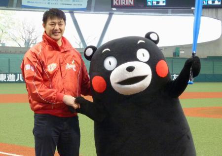 草野球大会に登場した米大リーグ、マリナーズの岩隈久志投手とくまモン=19日、西武プリンスドーム