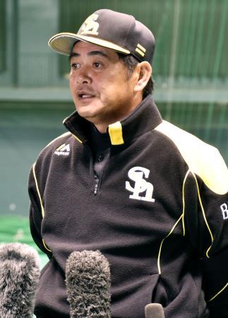 秋季キャンプを終え、報道陣の質問に答えるソフトバンク・工藤監督=19日、宮崎市
