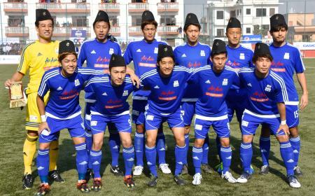 19日、カトマンズで開かれたネパール代表との慈善試合で、ネパールの帽子をかぶり記念撮影する日本チームの選手(共同)