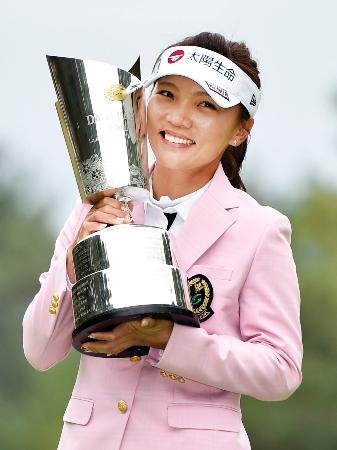優勝カップを手に笑顔のテレサ・ルー=エリエールGC松山