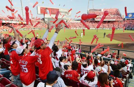 大勢のファンで盛り上がる広島市のマツダスタジアム。球団史上最多の観客数となった=9月
