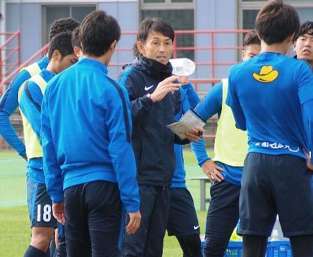 練習で選手に指示を出す鹿島・石井監督=茨城県鹿嶋市