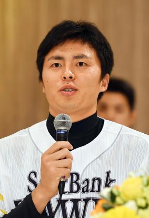 ソフトバンクの新入団選手発表記者会見で、質問に答える田中正義投手=22日、福岡市内のホテル