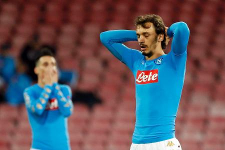 1次リーグでディナモ・キエフと引き分け、落胆するガビアディーニ(右)らナポリの選手たち=ナポリ(ロイター=共同)