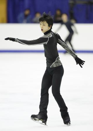 NHK杯の公式練習で調整する羽生結弦=真駒内セキスイハイムアイスアリーナ