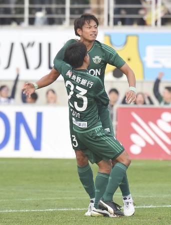 松本―横浜FC 後半、勝ち越しゴールを決めた松本・三島=松本