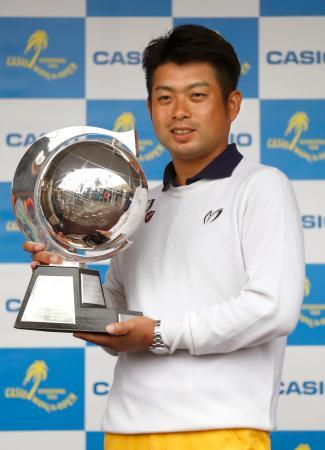 今季3勝目を挙げ、トロフィーを手に笑顔の池田勇太=Kochi黒潮CC