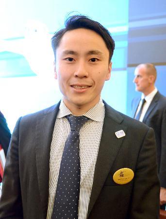 国際フェンシング連盟の理事に当選し、笑顔の太田雄貴氏=27日、モスクワ(共同)