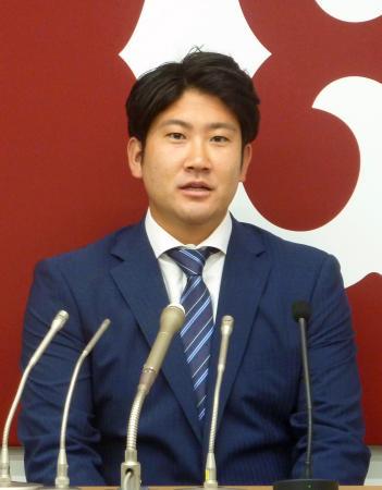 契約更改を終え記者会見する巨人・菅野=28日、東京・大手町の球団事務所