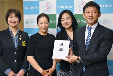熊本地震の復興支援として、小野泰輔副知事(右端)に1千万円の目録を手渡す女子ゴルフの笠りつ子(左から2人目)ら=28日、熊本県庁