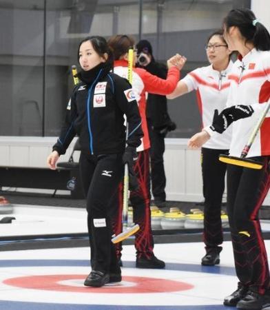準決勝で中国に敗れ、肩を落とすLS北見の藤沢(左端)=義城(共同)