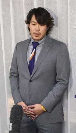 DeNAから移籍の意向を表明し、記者の質問に答える山口俊投手=29日、静岡県伊豆の国市