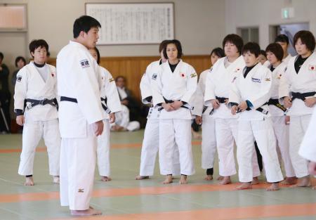 練習前、選手にあいさつする増地克之監督(手前左)=東京都文京区の講道館