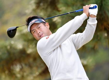 男子ゴルフの今季最終戦、日本シリーズJTカップ開幕を前にプロアマ戦で最終調整する池田勇太=東京よみうりCC