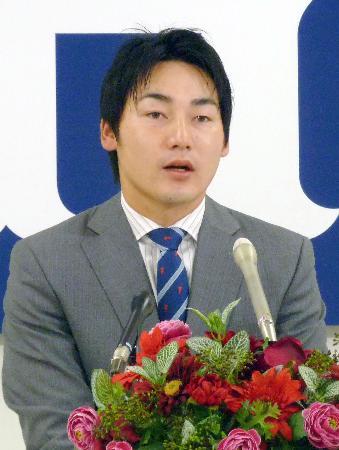 契約更改を終え、記者会見する広島の丸佳浩外野手=30日、マツダスタジアム
