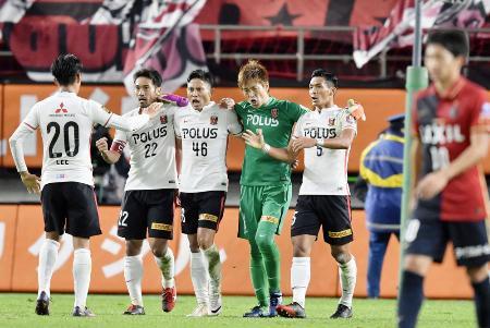 サッカーJ1のチャンピオンシップ決勝第1戦で鹿島に勝利し、喜ぶ阿部(左から2人目)ら浦和イレブン=29日、カシマスタジアム
