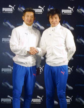 東京都内でのイベントに出席し握手を交わすサッカー元日本代表の三浦知良(左)と中山雅史