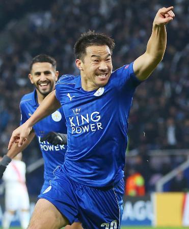 アジア・サッカー連盟の最優秀国際選手に選ばれたレスターの岡崎慎司。22日、欧州チャンピオンズリーグの試合でゴールを決める(ゲッティ=共同)