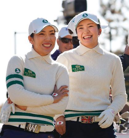 第1日、17番で笑顔を見せる笠りつ子(左)、堀琴音組=三好CC