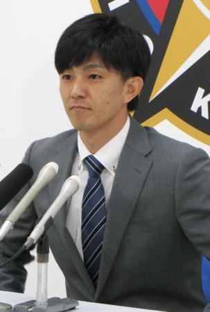 契約更改を終えて記者会見する日本ハムの増井=2日、札幌市内の球団事務所