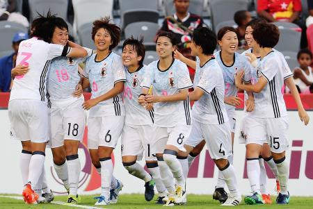 3位決定戦の後半、得点した上野(左から2人目)を祝福する日本イレブン=ポートモレスビー(ゲッティ=共同)