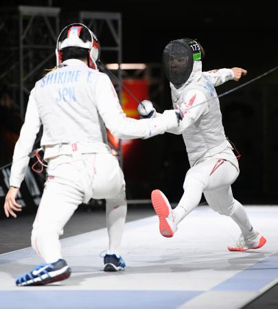 男子フルーレ決勝 敷根崇裕(左)を破り優勝した松山恭助=駒沢体育館